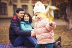 愉快的爱恋的family& x28; 母亲、父亲和一点女儿kid& x29;outd 免版税图库摄影