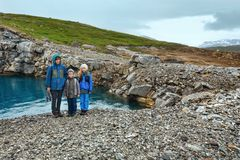 Family near reservoir Storglomvatnet (Meloy, Norge) Stock Photo