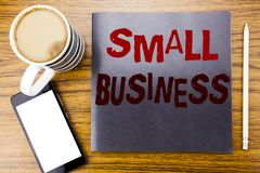 手写显示小企业的公告文本 Family的Owned在笔记薄便条纸写的Company企业概念,求爱 免版税库存图片