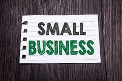 词,写小企业 Family的Owned在黑暗的木背景的稠粘的便条纸写的Company企业概念 免版税库存照片