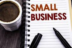 显示小企业的文字文本 Family的Owned在笔记本在木w的笔访纸写的Company企业概念 免版税库存照片