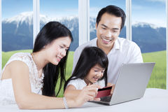Family paying online with credit card Royalty Free Stock Photos