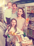 Family purchasing yoghurts in supermarket Royalty Free Stock Photos