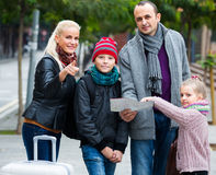 Family  reading city map Royalty Free Stock Images