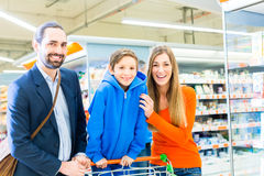Family with shopping cart in supermarket Royalty Free Stock Photography