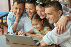 Family sitting with laptop Royalty Free Stock Photos