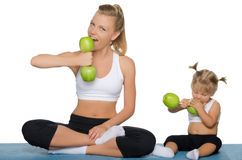 Family trains the weights of green apples Royalty Free Stock Photos