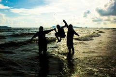 familyholdhänder och hopp i det onHoliday havet Royaltyfri Bild