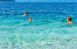 Familys sommarferier på havet (Grekland) Arkivfoto