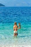 Familys sommarferier på havet (Grekland) Arkivfoton