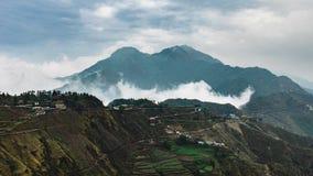 Faming вокруг горы и облака стоковое фото rf