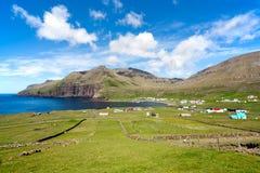 Famjin Faroe Island. Fridsam by som omges av den ofördärvade naturen Arkivfoton