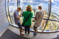 A família aprecia a vista à skyline de Houston Imagem de Stock