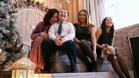 Família asiática amigável Mamã, filha, irmão mais novo Natal filme