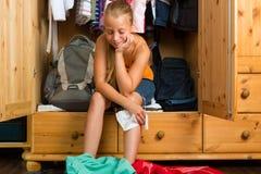 Família - criança na frente de seu armário ou wardrobe Fotos de Stock