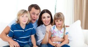 Família de Ecxited que presta atenção a um fósforo do rugby Imagens de Stock