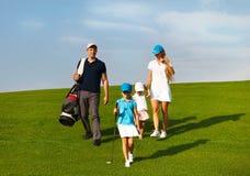 Família de jogadores de golfe no curso Imagens de Stock Royalty Free