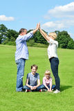 A família de quatro pessoas está tendo o divertimento no parque Fotografia de Stock