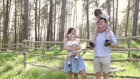 Família do retrato que joga no piquenique em um parque Metragem na definição alta filme