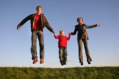 Família do salto do por do sol Fotos de Stock