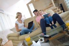Família em casa que usa o tablet pc Imagens de Stock