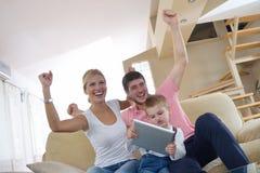 Família em casa que usa o tablet pc Foto de Stock