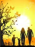A família feliz anda na natureza,   Imagem de Stock