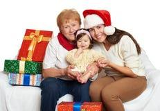 Família feliz com presente da caixa, mulher com criança e pessoas idosas - conceito do feriado Fotos de Stock Royalty Free