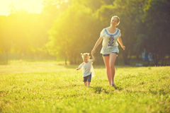 A família feliz na natureza anda no verão Imagens de Stock Royalty Free