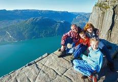 Família feliz na parte superior maciça do penhasco de Preikestolen (Noruega) Imagens de Stock Royalty Free