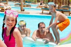 Família feliz na piscina Imagens de Stock Royalty Free