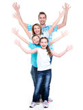 A família feliz nova com crianças levantou as mãos acima Imagens de Stock