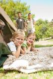 Família feliz que acampa no parque Imagem de Stock Royalty Free