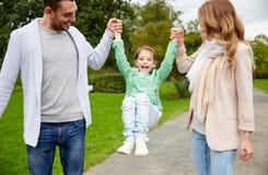 Família feliz que anda no parque do verão e que tem o divertimento Foto de Stock