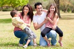 Família feliz que aprecia no parque Fotos de Stock Royalty Free