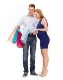 Família feliz que espera a criança com sacos de compras Imagens de Stock