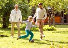 Família feliz que joga o futebol fora Foto de Stock Royalty Free