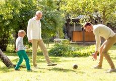 Família feliz que joga o futebol fora Foto de Stock