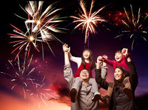 Família feliz que olha fogos-de-artifício Fotos de Stock Royalty Free