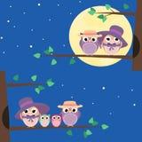 Família feliz que senta-se em um ramo de árvore - ilustração das corujas Fotografia de Stock Royalty Free