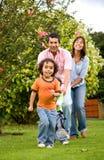 Família feliz que tem o divertimento Fotos de Stock Royalty Free