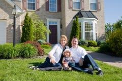 Família na frente da casa Imagens de Stock Royalty Free