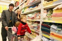 Família na loja Fotografia de Stock