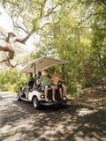 Família no carro de golfe. Imagem de Stock