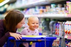 Família no supermercado Imagens de Stock Royalty Free