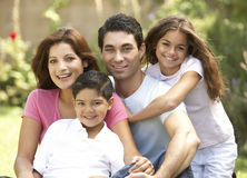 Família que aprecia o dia no parque Imagens de Stock Royalty Free