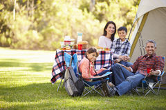 Família que aprecia o feriado de acampamento no campo Foto de Stock Royalty Free
