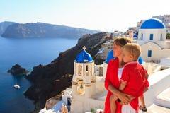 Família que aprecia a vista do santorini Fotos de Stock Royalty Free