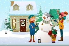 Família que constrói um boneco de neve exterior Imagem de Stock Royalty Free