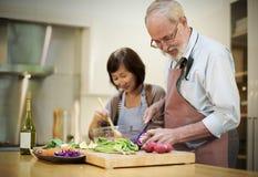 Família que cozinha o conceito do jantar da preparação da cozinha Fotografia de Stock